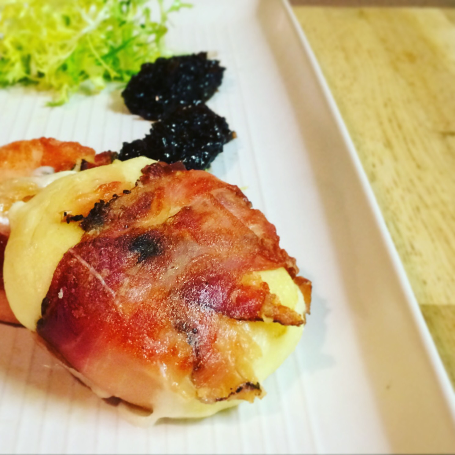 Baked speck-wrapped tomino with homemade onion marmalade